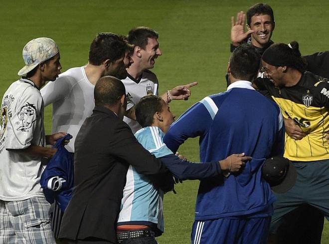 Bản sao Ronaldinho kiếm bội tiền vì bản chính phải ngồi tù - Ảnh 2.