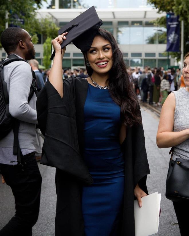 Hoa hậu Anh 2019: Profile khủng với IQ 146, khiến thế giới xúc động khi cất vương miện về làm bác sĩ chống dịch COVID-19 - ảnh 2