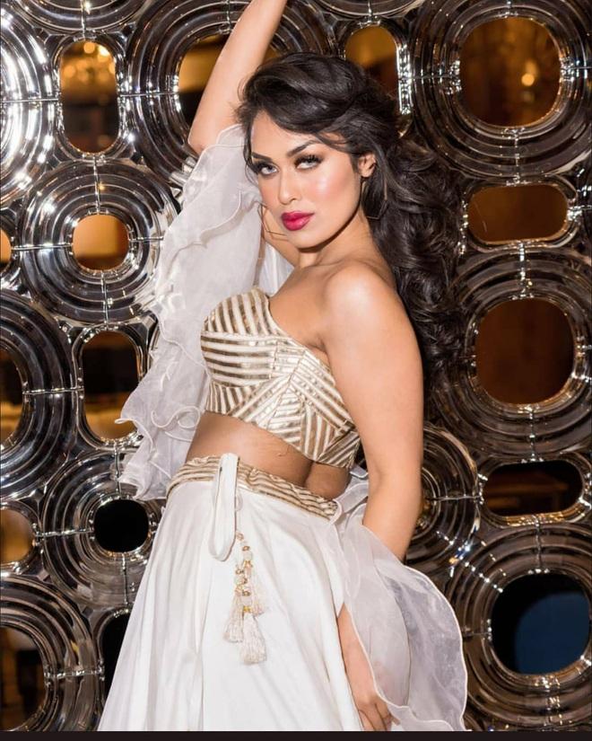 Hoa hậu Anh 2019: Profile khủng với IQ 146, khiến thế giới xúc động khi cất vương miện về làm bác sĩ chống dịch COVID-19 - ảnh 5