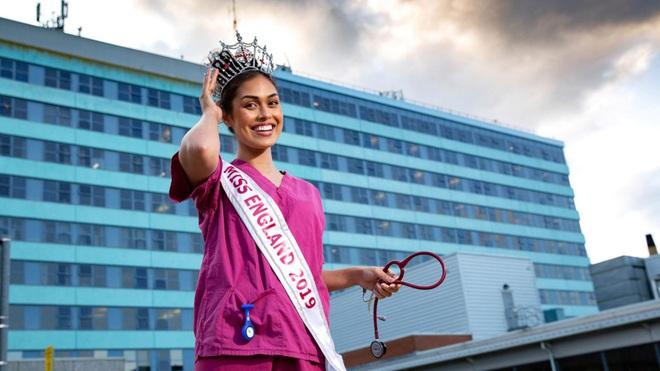 Hoa hậu Anh 2019: Profile khủng với IQ 146, khiến thế giới xúc động khi cất vương miện về làm bác sĩ chống dịch COVID-19 - ảnh 1
