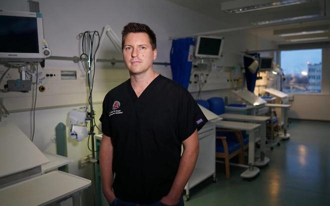 Bác sĩ Anh giải thích chuyện gì xảy ra trong phòng chăm sóc tích cực và nhắc nhở về thứ quyền năng hơn để cứu bệnh nhân Covid-19 - Ảnh 1.