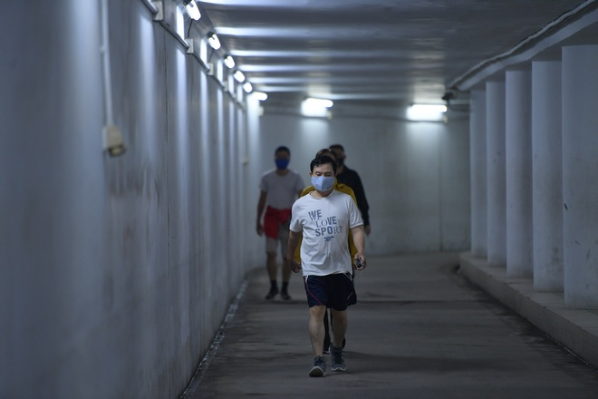 Người dân Hà Nội đổ xuống hầm đi bộ tập thể dục, lực lượng chức năng khản giọng thuyết phục mới chịu về nhà - Ảnh 5.