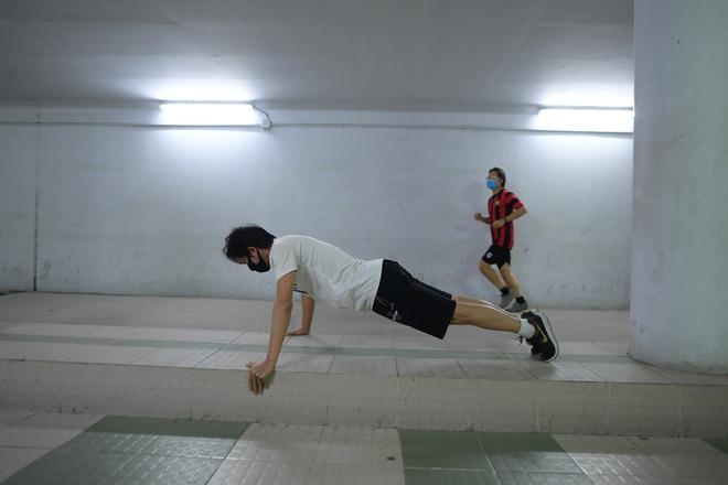 Người dân Hà Nội đổ xuống hầm đi bộ tập thể dục, lực lượng chức năng khản giọng thuyết phục mới chịu về nhà - Ảnh 4.