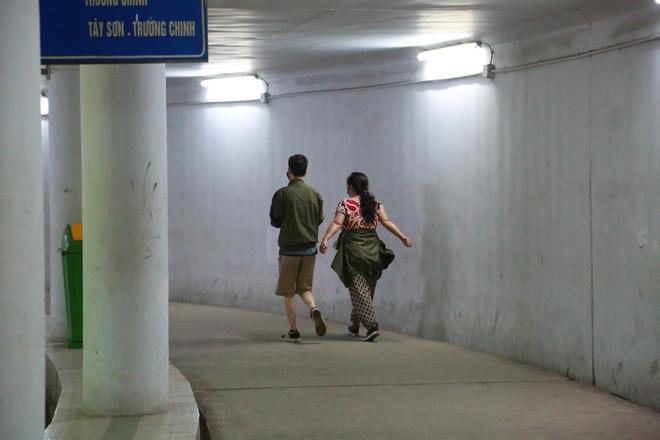 Người dân Hà Nội đổ xuống hầm đi bộ tập thể dục, lực lượng chức năng khản giọng thuyết phục mới chịu về nhà - Ảnh 8.