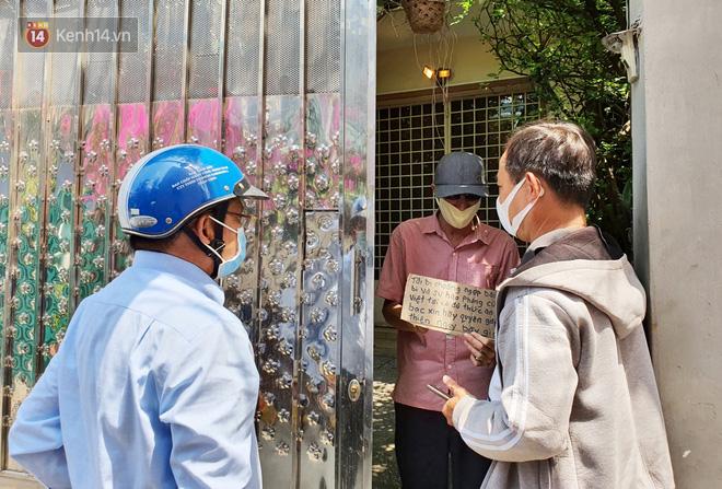 """Gặp thầy giáo Tây thất nghiệp, cầm bảng xin giúp tiền để mua thức ăn: """"Tôi choáng ngợp bởi lòng từ bi và sự hào phóng của người Việt"""" - Ảnh 3."""