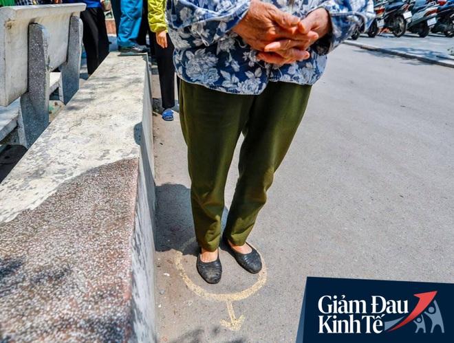 """Nhiều người đổ về máy """"ATM nhả gạo"""" đầu tiên ở Hà Nội, lực lượng chức năng can thiệp để yêu cầu giãn cách theo đúng quy định - Ảnh 8."""
