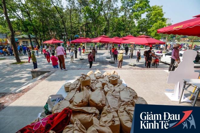 """Nhiều người đổ về máy """"ATM nhả gạo"""" đầu tiên ở Hà Nội, lực lượng chức năng can thiệp để yêu cầu giãn cách theo đúng quy định - Ảnh 2."""