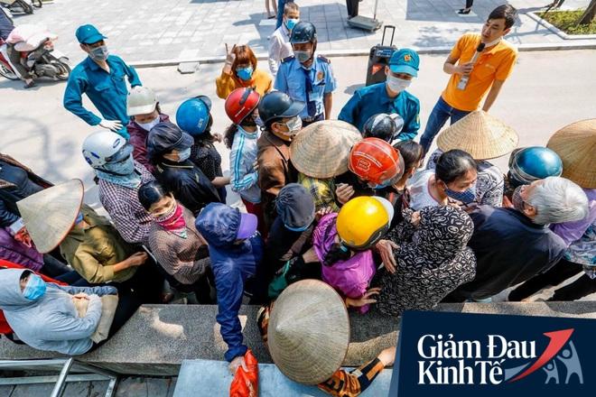 """Nhiều người đổ về máy """"ATM nhả gạo"""" đầu tiên ở Hà Nội, lực lượng chức năng can thiệp để yêu cầu giãn cách theo đúng quy định - Ảnh 6."""