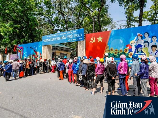 """Nhiều người đổ về máy """"ATM nhả gạo"""" đầu tiên ở Hà Nội, lực lượng chức năng can thiệp để yêu cầu giãn cách theo đúng quy định - Ảnh 4."""