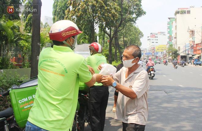 """500 phần cơm di động miễn phí """"lang thang"""" khắp Sài Gòn để trao tận tay cho người nghèo giữa mùa dịch Covid-19 - Ảnh 11."""