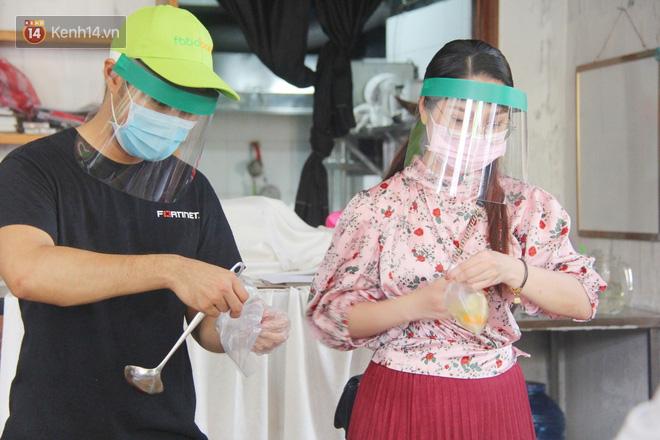 """500 phần cơm di động miễn phí """"lang thang"""" khắp Sài Gòn để trao tận tay cho người nghèo giữa mùa dịch Covid-19 - Ảnh 2."""