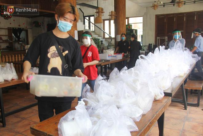 """500 phần cơm di động miễn phí """"lang thang"""" khắp Sài Gòn để trao tận tay cho người nghèo giữa mùa dịch Covid-19 - Ảnh 3."""