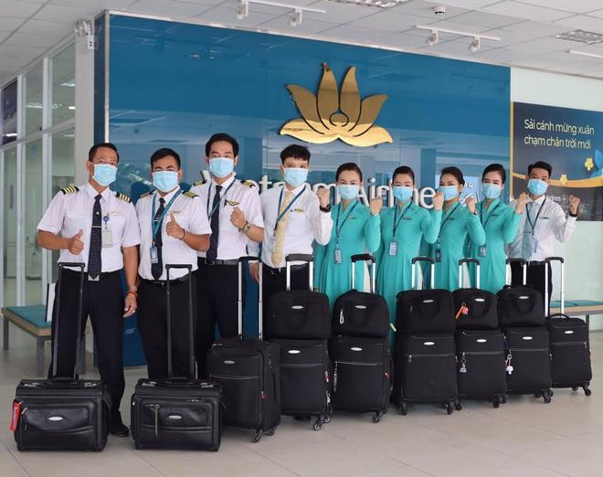 Nữ tiếp viên hàng không đưa 172 du học sinh mắc kẹt về nước: 12h đêm hạ cánh, vỡ oà khi hành khách thốt lên Đã được về nhà rồi - ảnh 5