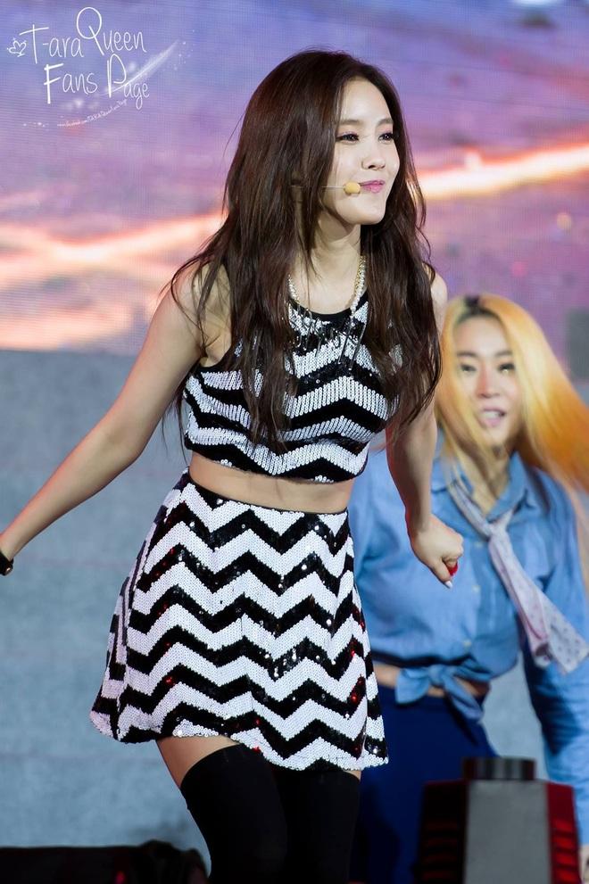 """Suốt ngày đổi mốt nhưng riêng """"truyền thống"""" mặc váy ngắn quá trời ngắn của sao Hàn là không bao giờ thay đổi - Ảnh 1."""