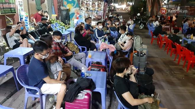 """Người Sài Gòn kéo nhau lên Đà Lạt nghỉ lễ, các nhà xe """"cháy vé"""", không còn chỗ trống - Ảnh 2."""