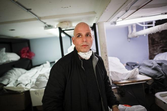 Nhà tang lễ ở New York cầu cứu khi số người tử vong vì nhiễm Covid-19 tăng lên quá nhanh, đau lòng từ chối gia đình các nạn nhân - ảnh 1