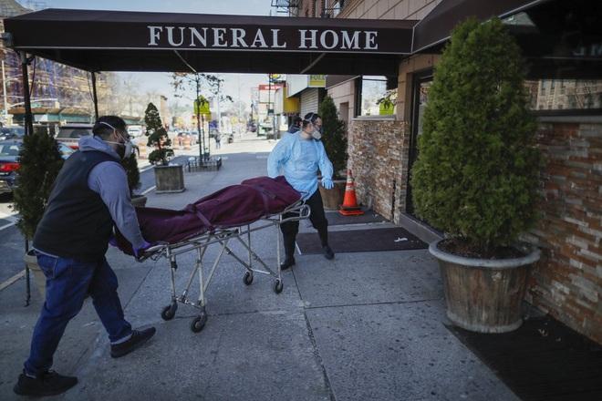 Nhà tang lễ ở New York cầu cứu khi số người tử vong vì nhiễm Covid-19 tăng lên quá nhanh, đau lòng từ chối gia đình các nạn nhân - ảnh 5