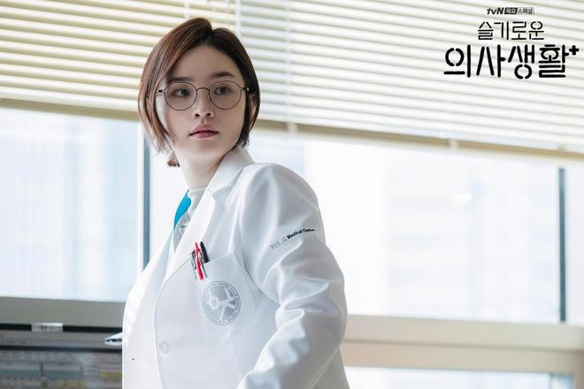 """7 """"chị đại"""" ngành y ngầu nhất phim Hàn: Park Shin Hye tay không quật côn đồ cũng chưa át vía được nữ chính Hospital Playlist - ảnh 19"""