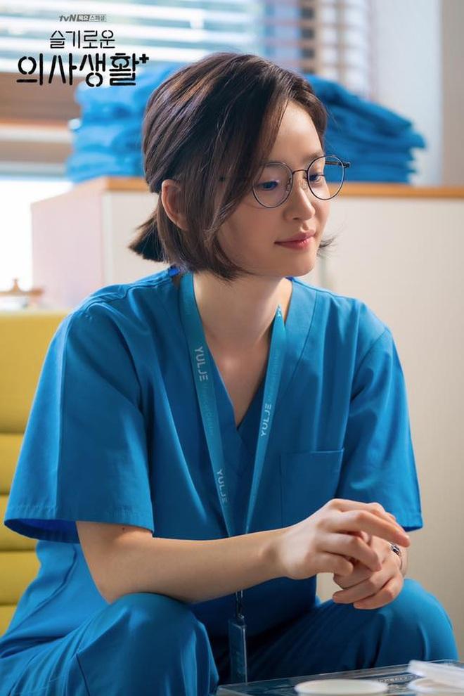 """7 """"chị đại"""" ngành y ngầu nhất phim Hàn: Park Shin Hye tay không quật côn đồ cũng chưa át vía được nữ chính Hospital Playlist - ảnh 22"""