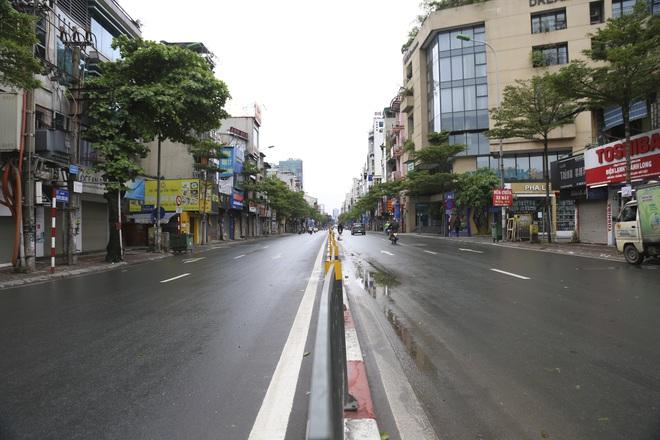 Ảnh: Cảnh tượng khác lạ tại những điểm đen ùn tắc giao thông của Hà Nội giữa mùa dịch Covid-19 - ảnh 6