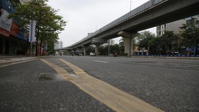 Ảnh: Cảnh tượng khác lạ tại những điểm đen ùn tắc giao thông của Hà Nội giữa mùa dịch Covid-19 - ảnh 2