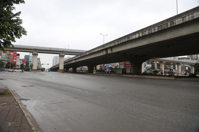 Ảnh: Cảnh tượng khác lạ tại những điểm đen ùn tắc giao thông của Hà Nội giữa mùa dịch Covid-19 - ảnh 12