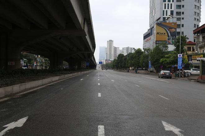 Ảnh: Cảnh tượng khác lạ tại những điểm đen ùn tắc giao thông của Hà Nội giữa mùa dịch Covid-19 - ảnh 13