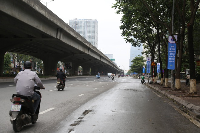 Ảnh: Cảnh tượng khác lạ tại những điểm đen ùn tắc giao thông của Hà Nội giữa mùa dịch Covid-19 - ảnh 14