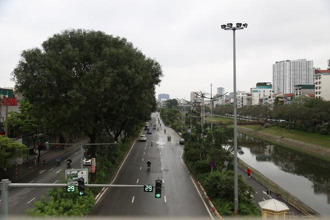 Ảnh: Cảnh tượng khác lạ tại những điểm đen ùn tắc giao thông của Hà Nội giữa mùa dịch Covid-19 - ảnh 15