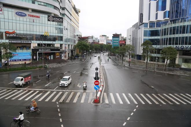 Ảnh: Cảnh tượng khác lạ tại những điểm đen ùn tắc giao thông của Hà Nội giữa mùa dịch Covid-19 - ảnh 8