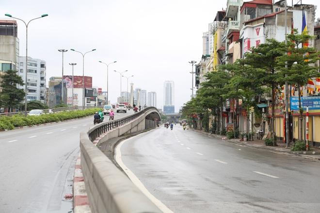 Ảnh: Cảnh tượng khác lạ tại những điểm đen ùn tắc giao thông của Hà Nội giữa mùa dịch Covid-19 - ảnh 10