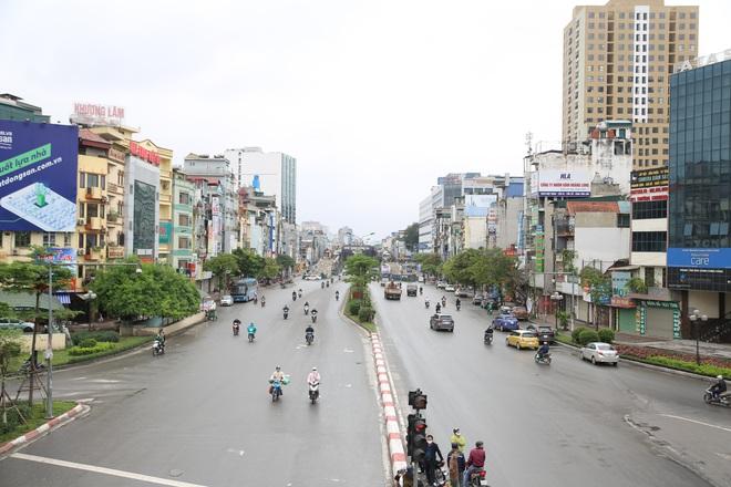 Ảnh: Cảnh tượng khác lạ tại những điểm đen ùn tắc giao thông của Hà Nội giữa mùa dịch Covid-19 - ảnh 11