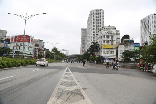 Ảnh: Cảnh tượng khác lạ tại những điểm đen ùn tắc giao thông của Hà Nội giữa mùa dịch Covid-19 - ảnh 4