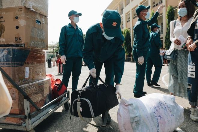 Chiếc khẩu trang ướt đẫm mồ hôi của anh dân quân ở khu cách ly, khuân vác hành lý giúp người cách ly về nhà trong niềm vui - ảnh 5