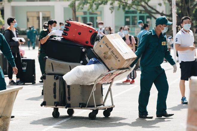 Chiếc khẩu trang ướt đẫm mồ hôi của anh dân quân ở khu cách ly, khuân vác hành lý giúp người cách ly về nhà trong niềm vui - ảnh 2