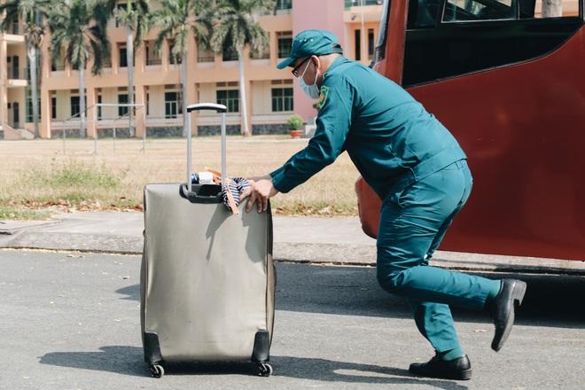 Chiếc khẩu trang ướt đẫm mồ hôi của anh dân quân ở khu cách ly, khuân vác hành lý giúp người cách ly về nhà trong niềm vui - ảnh 15