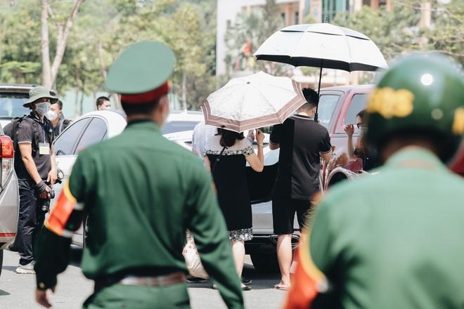 Chiếc khẩu trang ướt đẫm mồ hôi của anh dân quân ở khu cách ly, khuân vác hành lý giúp người cách ly về nhà trong niềm vui - ảnh 18