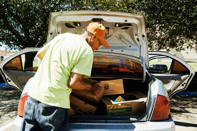 Những người lái xế hộp đi xin trợ cấp thất nghiệp vì dịch Covid-19 ở Mỹ: Gạt bỏ sĩ diện, chưa từng nghĩ phải lâm vào cảnh này - ảnh 1