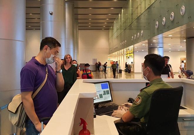 Hàng trăm người hủy chuyến bay từ Hà Nội, TP.HCM đến Đà Nẵng vì sợ bị cách ly - ảnh 1