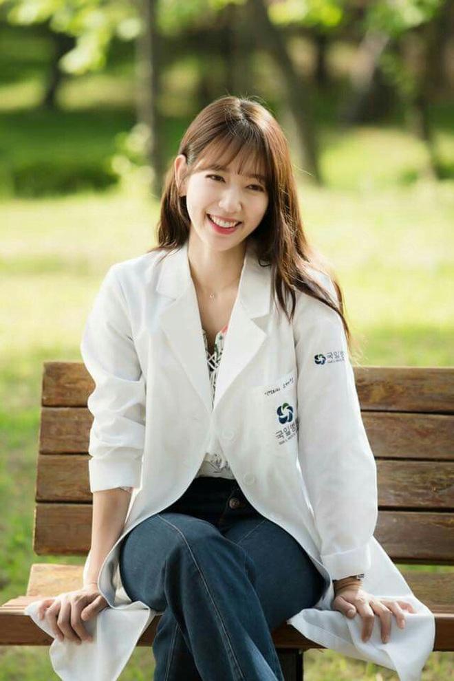 """7 """"chị đại"""" ngành y ngầu nhất phim Hàn: Park Shin Hye tay không quật côn đồ cũng chưa át vía được nữ chính Hospital Playlist - ảnh 1"""
