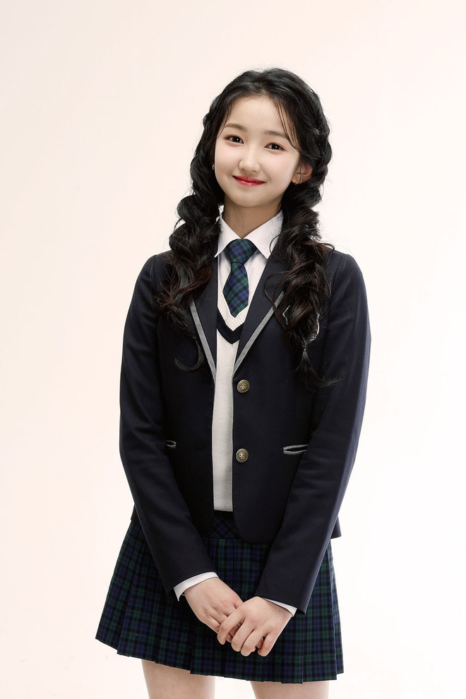 Nữ Idol 14 tuổi có ngoại hình như em bé: So sánh với center của IZ*ONE quả là một trời một vực! - ảnh 6