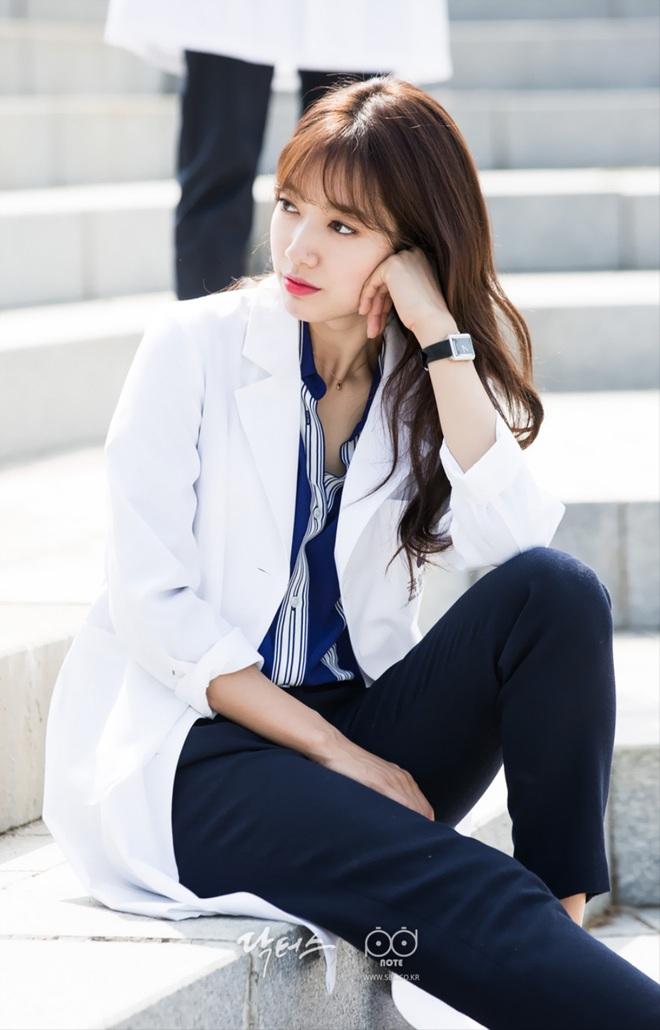 """7 """"chị đại"""" ngành y ngầu nhất phim Hàn: Park Shin Hye tay không quật côn đồ cũng chưa át vía được nữ chính Hospital Playlist - ảnh 2"""