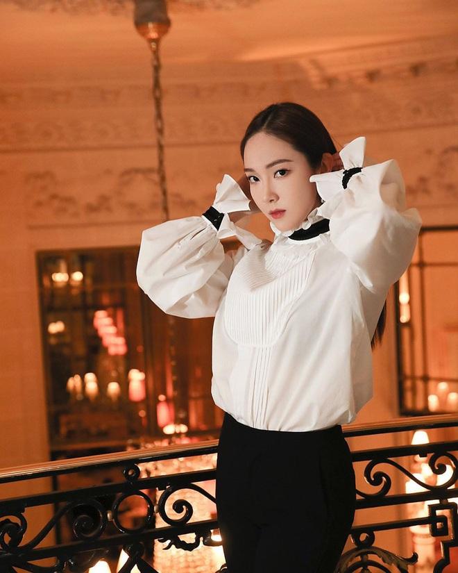 Jessica là fan cứng của áo blouse trắng và chỉ cần xem qua, chị em sẽ chấm được những kiểu đáng diện nhất - ảnh 1