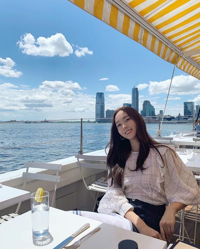 Jessica là fan cứng của áo blouse trắng và chỉ cần xem qua, chị em sẽ chấm được những kiểu đáng diện nhất - ảnh 5