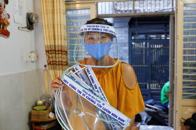 Nữ tiểu thương Sài Gòn xuất hiện trên loạt báo quốc tế khi tự làm hơn 1000 chiếc mặt nạ ngăn giọt bắn, dành tặng các y bác sĩ ở tuyến đầu chống dịch Covid-19 - ảnh 2