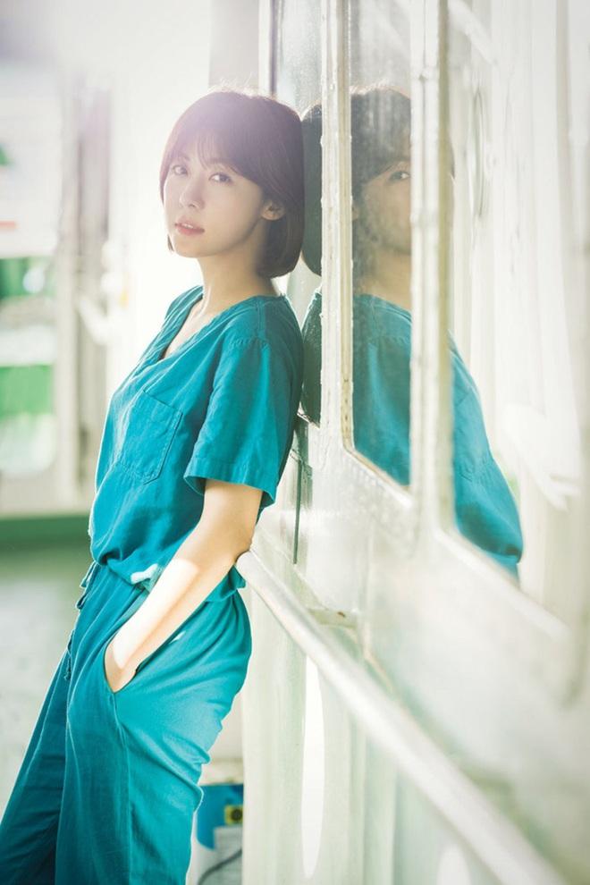 """7 """"chị đại"""" ngành y ngầu nhất phim Hàn: Park Shin Hye tay không quật côn đồ cũng chưa át vía được nữ chính Hospital Playlist - ảnh 11"""
