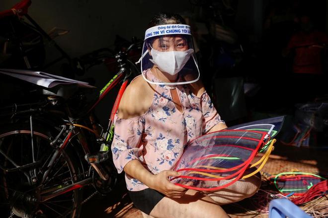 Nữ tiểu thương Sài Gòn xuất hiện trên loạt báo quốc tế khi tự làm hơn 1000 chiếc mặt nạ ngăn giọt bắn, dành tặng các y bác sĩ ở tuyến đầu chống dịch Covid-19 - ảnh 1