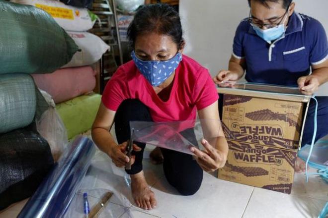 Nữ tiểu thương Sài Gòn xuất hiện trên loạt báo quốc tế khi tự làm hơn 1000 chiếc mặt nạ ngăn giọt bắn, dành tặng các y bác sĩ ở tuyến đầu chống dịch Covid-19 - ảnh 3
