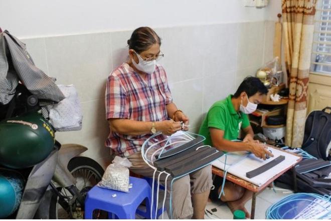 Nữ tiểu thương Sài Gòn xuất hiện trên loạt báo quốc tế khi tự làm hơn 1000 chiếc mặt nạ ngăn giọt bắn, dành tặng các y bác sĩ ở tuyến đầu chống dịch Covid-19 - ảnh 4