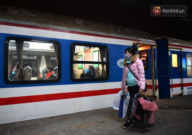 Hành khách mua vé ngồi được đổi miễn phí lên giường nằm trên đoàn tàu khách duy nhất còn chạy - ảnh 17